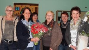 Seit 50 Jahren betreut Maria Zybulka (4. von links) die Blutspendeaktion in Sutrum-Moor. Zu den Gratulanten zählten Karin Schulte, Karin Maschmeier, Christa Bröring, Maria Telgenkämper und Doris Focks (von links). Foto: Petra Glandorf