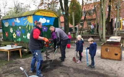 Spielplatz beim Kindergarten Purzelbaum aufgewertet – Tolle Aktion der Eltern