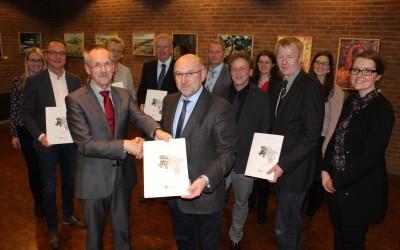 Landwirtschaftsminister Christian Meyer übergibt Förderbescheid stellvertretend der Samtgemeinde Lathen – Bundesweit einmaliges Modellprojekt für Zuwanderung im Ländlichen Raum
