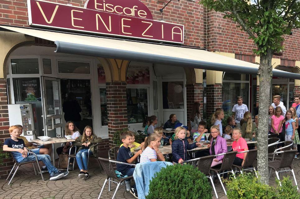 Kleine Majestäten zu Gast im Lathener Eiscafé Venezia